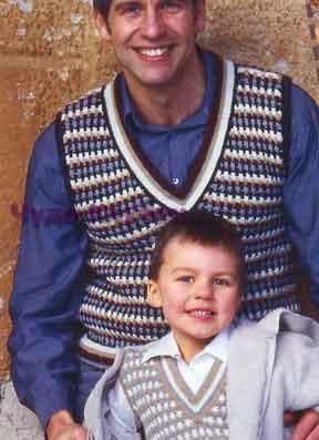 фото Многоцветный жилет для мужчины вязаный спицами 310