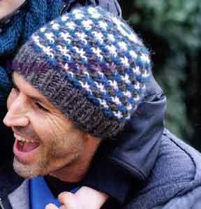 фото Мужская шапка с цветным узором вязаная спицами 333