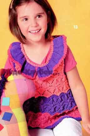 фото Полосатое платье с рюшем на вырезе горловины вязаное спицами и крючком 47