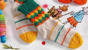 фото Детские носки с ромбами вязаные спицами 14