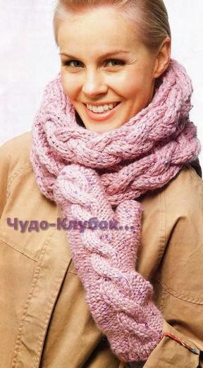фото Розовые варежки с косой и шарф-труба вязаные спицами 515