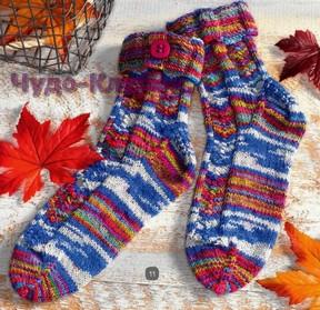 фото Цветные носки с пуговицей вязаные спицами 61