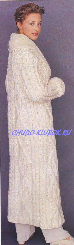 фото Длинное пальто с фантазийным узором из ромбов вязаное спицами 5