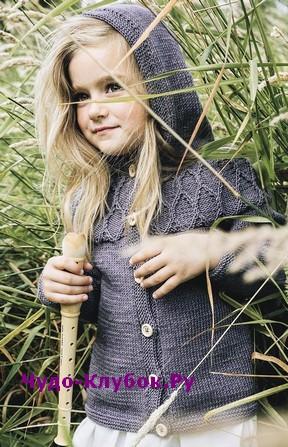 схема Детская кофта с капюшоном и рельефной кокеткой вязаная спицами 82