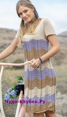 схема Платье с волнистым трехцветным узором вязаное спицами 821