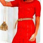 схема Красное платье с рюшами на юбке вязаное спицами 886